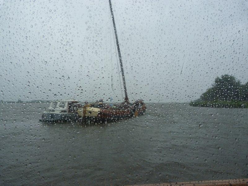 Øs pjask regn og bølgegang - andre skal have masten ned inden næste bro...